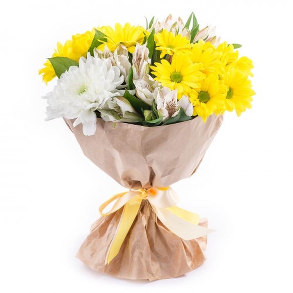 Букет из желтой и белой хризантемы и альстромерии в крафт-упаковке 34 BYN