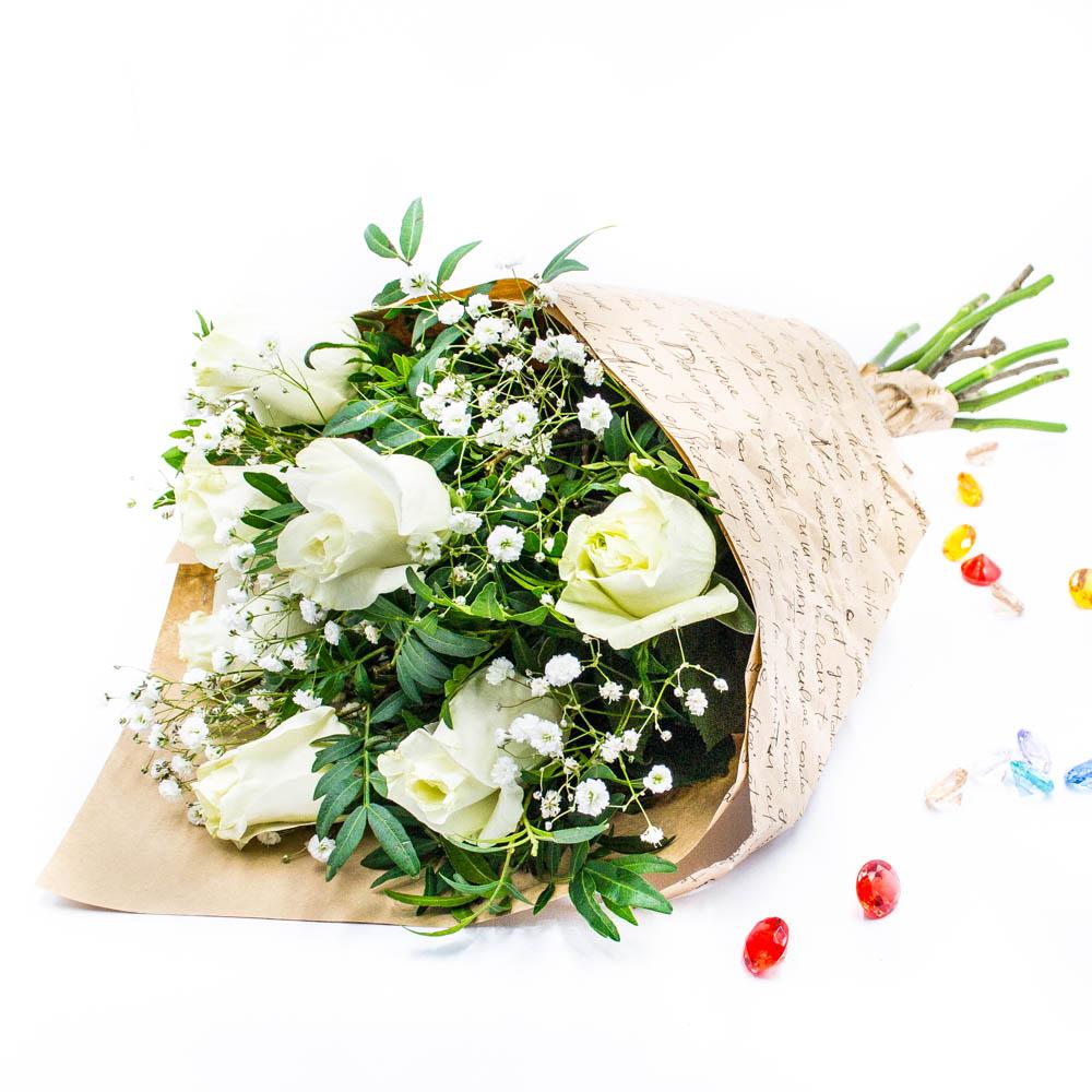Букет из белых роз с зеленью  35 BYN